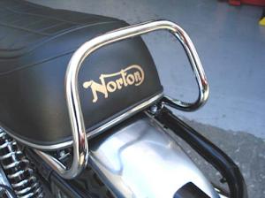 Norton Commando Roadster sortant des ateliers de Machines et Moteurs