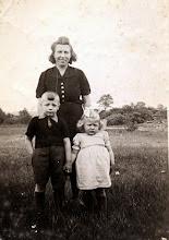 Photo: Aaltje Speelman-Gortmaker en haar kinderen Hendrik en Hilly