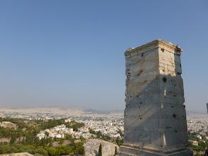 Photo: Le socle de la statue d'Athèna, à son pied à gauche le rocher de l'Aréopage