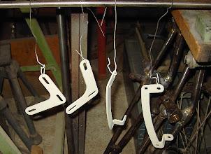 Photo: die einzelnen Befestigungsteile der Seitenkofferträger.