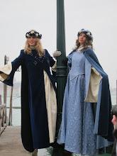 Photo: Venezia carnaval - séquence charme de courtisanes vénitiennes. Les courtisanes, ancêtres des escort girls, occupaient une place à part dans la société vénitienne. Belles et cultivées, elles devenaient les maîtresses d'un ou plusieurs riches patriciens. Certaines pouvaient même se marier, et intégrer ainsi la haute société.