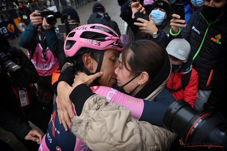 Egan Bernal gaat er na Giro-winst vol voor tijdens innig moment met vriendin