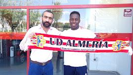 El día que Appiah firmó en el Almería. En la foto, con Mohamed El Assy.