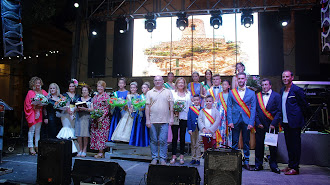 La alcaldesa de Níjar, los concejales, la pregonera, las Reinas, Majas y Misters con los presentadores.
