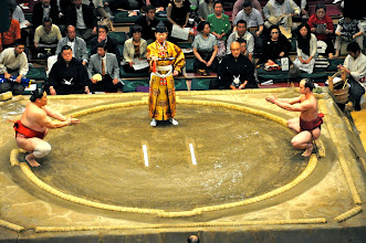 Photo: Takanoyama (right) is at a big weight disadvantage in this match against Asasekiryu.