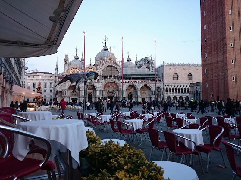 I tavolini in piazza di Isabella Moro