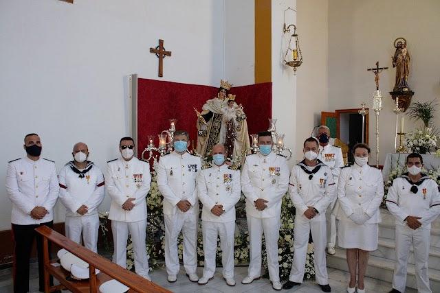 La Comandancia Naval ante la Virgen del Carmen con el comandante naval a la cabeza.