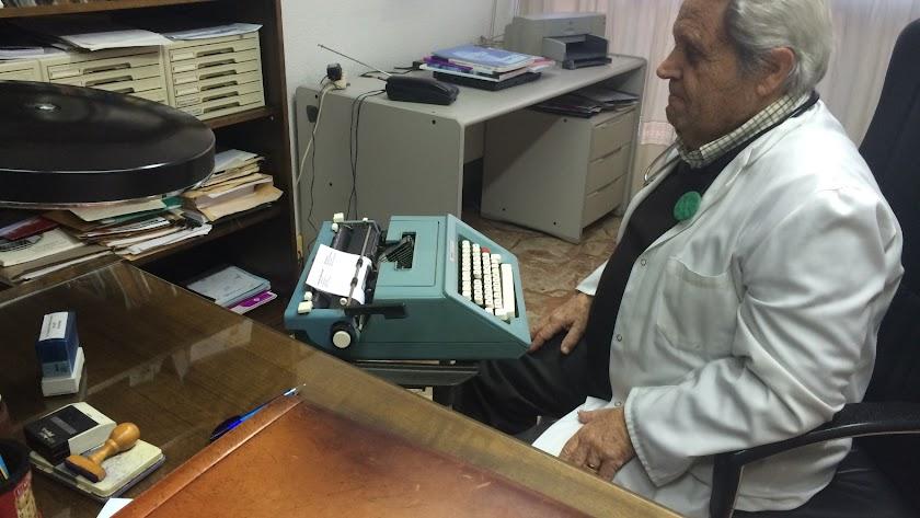 El neumólogo Francisco Núñez Navarro (Carboneras, 1948), en su consulta de la Avenida de la Estación, frente a su vieja máquina de escribir.