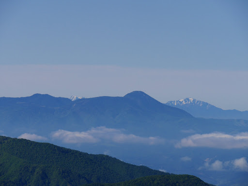 蓼科山と奥に北岳(左)と仙丈ヶ岳(右)