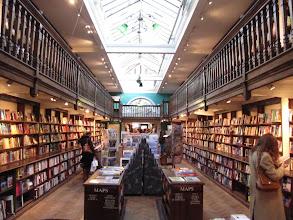 Photo: Domingo de libros, domingo de Ruta librera y hoy viajamos a Londres. En Marylebone High Street se encuentra una de las librerías más hermosas de la ciudad: se trata de Daunt Books. No tenemos más que mirar el impresionante edificio en el que se encuentra para sentirnos rápidamente tentados a entrar y perdernos en un acogedor espacio repleto de libros. Colores clásicos, y olor a madera y papel nos harán creer que estamos en la biblioteca de algún literato famoso, acaso ya fallecido, sintiéndonos en la biblioteca mejor nutrida de la ciudad. Largas estanterías de roble, ¡balcones! y unas claraboyas que bañan la estancia con luz natural completan un espacio en el que hay una zona reservada a libros de viajes que es digna de mención. De hecho, la librería se concibió originariamente como librería de viajes (hace ya veinte años). Hoy podemos encontrar más librerías con este nombre en la ciudad, pero de verdad, si tenéis que elegir una, quedaos con esta. Merece la pena. Fotos: Flickr