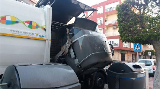 Tiran botellas y una tostadora a los trabajadores de la basura en Aráez Pacheco
