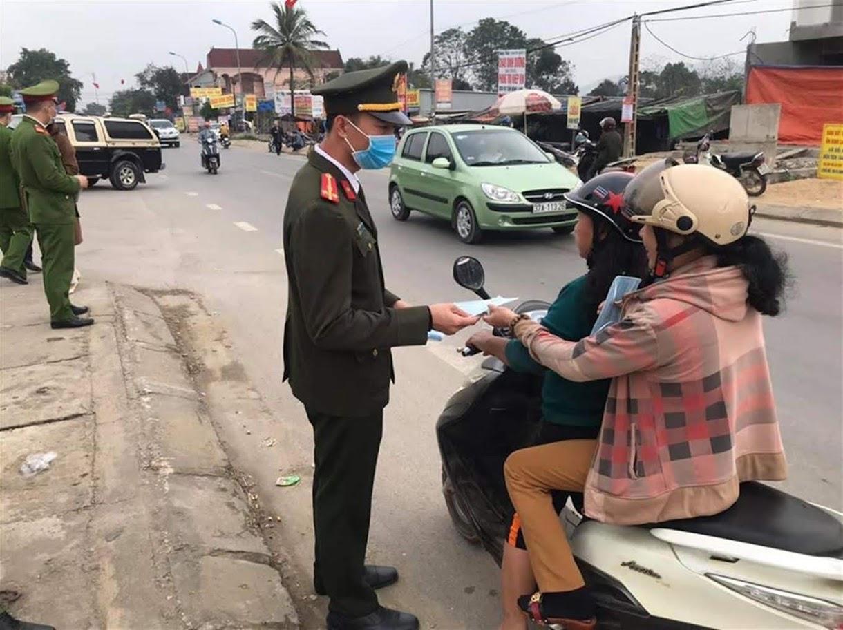 CSGT Công an TX Thái Hoà phát khẩu trang miễn phí cho người tham gia giao thông