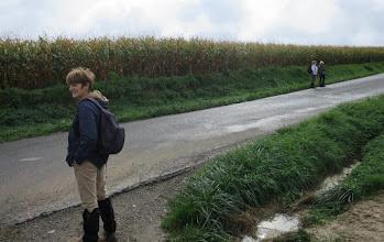 Photo: Anne-Marie attendant l'animateur. Brigitte et Josiane ayant pris de l'avance.
