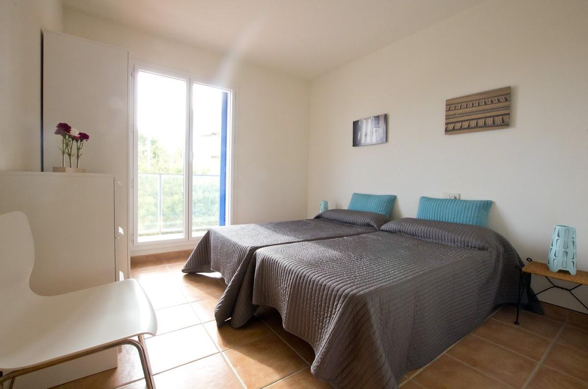Schlafzimmer 2 mit Balkon (2 Einzelbetten)