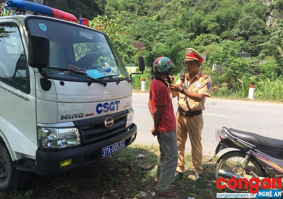 Cán bộ Đội CSGT Công an huyện Con Cuông kiểm tra nồng độ cồn người điều khiển phương tiện