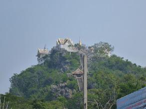 Photo: Na kraji města se nachází hora s chrámem (Wat Thammikaram), odkud je pěkný výhled nejen na město, ale také do nedalekého Myanmaru.