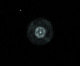Photo: IC 3568, la «tranche de citron», dans la Girafe. 1320X, seeing très bon. T406, Restefond 2017. Pas facile à décrypter malgré le grossissement puissant, cette nébuleuse planétaire est toute petite. Elle ressemble un peu à la nébuleuse de l'Esquimau : une centrale dans un anneau brillant, le tout baignant dans un halo.