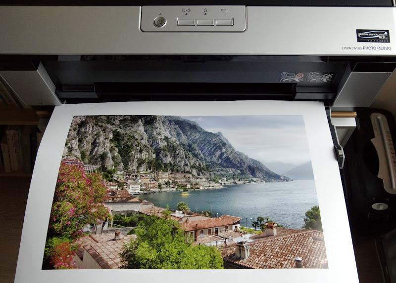 geprinte foto ligt in de printer