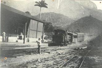 Photo: Estação da Raiz da Serra, em Magé. Trem saindo da estação em direção a Petrópolis. Foto sem data
