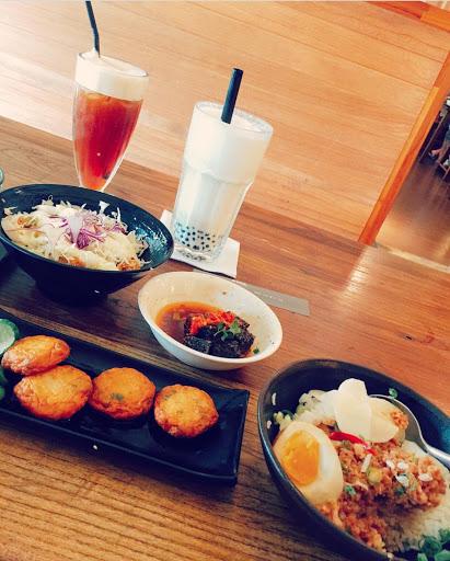 蔥辣米血👍👍👍 土魠魚米花👍👍 滷肉飯👍👍 珍珠奶茶👍👍👍 定食配菜有點差 但整體還說還不錯
