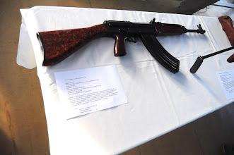 Photo: Československá pěchotní útočná puška vzor 58P.Automatická zbraň s využitím tlaku plynů.Předlohou zbraně byla sovětská puška AK-47, konstrukce je ale znatelně odlišná. Na rozdíl od sovětských pušek je pouzdro závěru frézováno z odlitku, nikoli tvarováno z plechů. Rovněž systém zbraně je komplikovanější a kvalitněji vyrobený. V současné době zbraň ve výzbroji AČR nahrazují pušky CZ 805 standardizované pro ráže NATO. Moderní pušky CZ 805 ale už nedosahují takové spolehlivosti jako staré osmapadesátky. Zajímavostí také bylo, že Československo bylo jediným státem Varšavské smlouvy, který měl ve výzbroji zbraně vlastní konstrukce. Autor popisku - Štěpán Pravda, student 2. A.