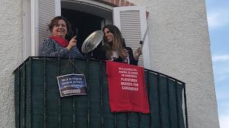 Dos vecinas de la localidad, protestando desde un balcón.