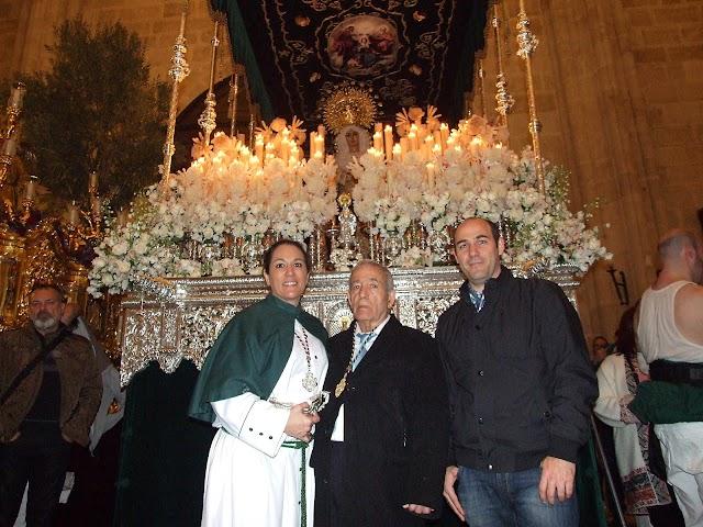 Pedro Pavón Espín junto a sus hijos y ante la Virgen del Amor y la Esperanza, año 2016.