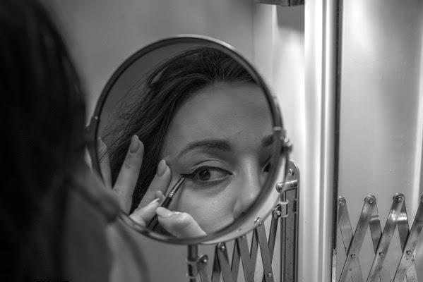 Concentrazione allo specchio di thewhiskeybarphotos