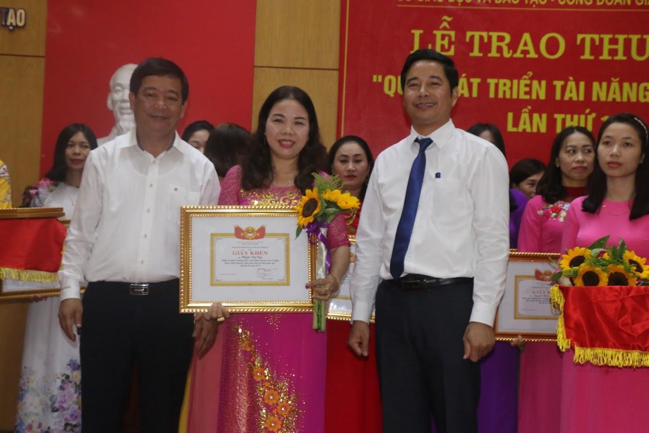 Các giáo viên được nhận thưởng
