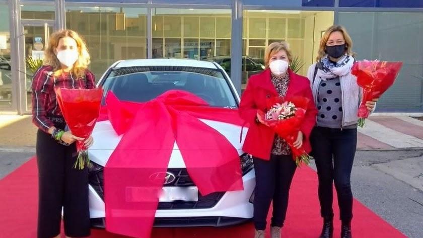 Momento de la entrega del coche a la ganadora del sorteo.