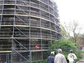 Photo: grote ronde toren in de steigers