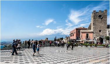 Photo: Auf Sizilien liegt Europas aktivster Im Hintergrund der Vulkan: Der Ätna. Alleine in den letzten 20 Jahren kam es zu 200 Ausbrüchen – und sie könnten  immer explosiver werden.