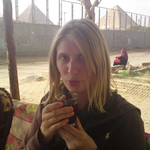 drinking a local eqyptian tea by the pyramids in giza solo woman travel