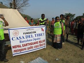 Photo: Voluntarios de la Fundació Casa del Tibet haciendo confiriendo el reparto de láminas de metal para las familias en la aldea de Khalte, distrito de Dhading.