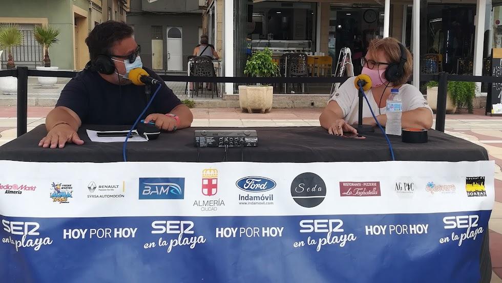 Alfredo Casas,  junto a Ana María Paúl, secretaria de la Federación de Asociaciones de Familias del Alumnado de Centros de Educación Pública de Almería (FAPACE Almería).