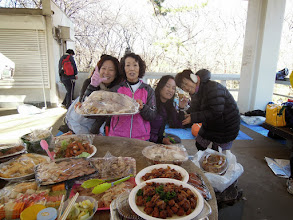 Photo: 大量のロティサリーチキン、6羽分を割いて食べる準備完了 キャサりん、えっちゃん、フラ、アやっち