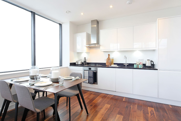 7-kitchen-with-dining-table-harrow-serviced-apartments