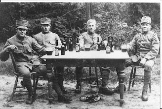 Photo: Mijn vader rechts als militair, tweede van links Dekker, Cas  werd hij genoemd in Egmond en Jaap Tol, de middelste weet ik niet wie dat is, ze zijn lekker een biertje aan het  drinken, in zijn jonge jaren deed hij dat wel eens.  Hij had soms een lastige dronk, ging dan graag op de vuist, net als zoveel andere Egmonders toen. Hij heeft  in zijn huwelijk nauwelijks meer alcohol gedronken.  Hij is een en al voor zijn gezin geweest. Wat ik mij herinner nam hij wel eens een flesje  oudbruin alleen als het heel  warm weer was.