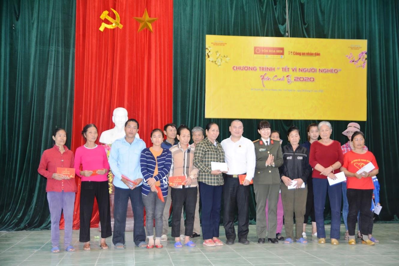 Đại diện Công an tỉnh Nghệ An và Công ty tôn Hoa Sen Nghệ An trao các suất quà cho các hộ cận nghèo và cận nghèo