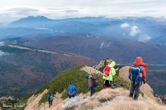 Photo: Vântul ne taie entuziasmul de a mai urca pe creastă aşa că ne abatem pe faţa cealaltă a muntelui, să reluăm traseul brânei