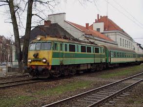 """Photo: EU07-197, P """"Jeziorak"""" Olsztyn Główny - Wrocław Główny {Toruń Miasto; 2004-03-26}"""