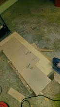 Photo: Udskæring af dørkplader (sider) efter skabeloner. Pladerne er 6 mm østenfiner, som skal fineres med 1,5 mm teak.