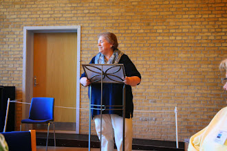 Photo: Grethe Olsen fortæller om Galleriet og Emmaus Kursuscenter.