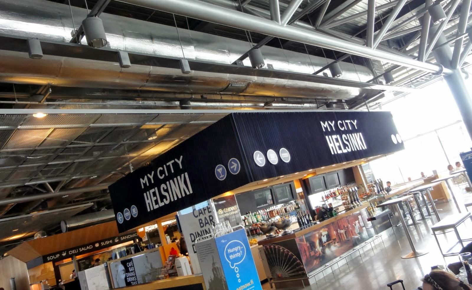 Photo: In Helsinki moeten we overstappen. Het vliegtuig heeft vertraging. We gaan zitten in de koffiebar