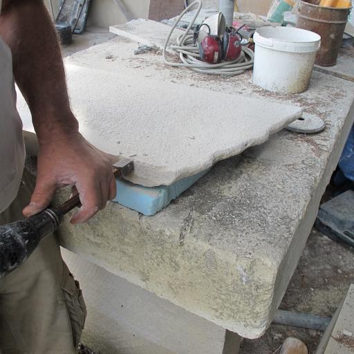 Préparation de la pierre de Tavel avant gravure au ciseau des lettres