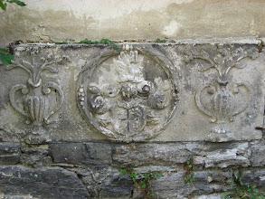 Photo: Na ścianach murów, wzdłuż jednej z wąskich ulic, widnieje herb.