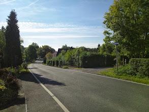 Photo: Die Kreisstraße (K6) ,Wolfskuhler Weg' zwischen den Hausnummern 55 und 50, von der EInmündung der Straße ,Am Plattenberg' aus aufgenommen.
