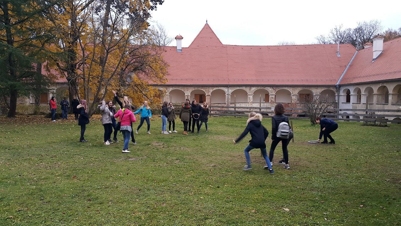 Učenci tekmujejo v metanju obročev.