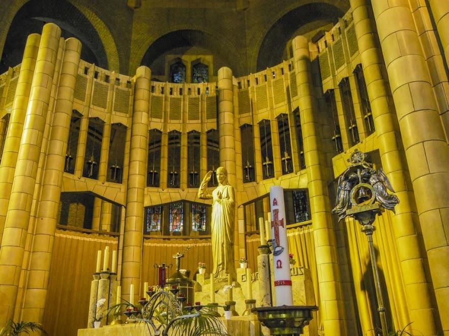 Interior de la Basílica del Sagrado Corazón de Bruselas.