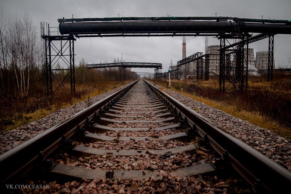 Железная дорога вдоль завода